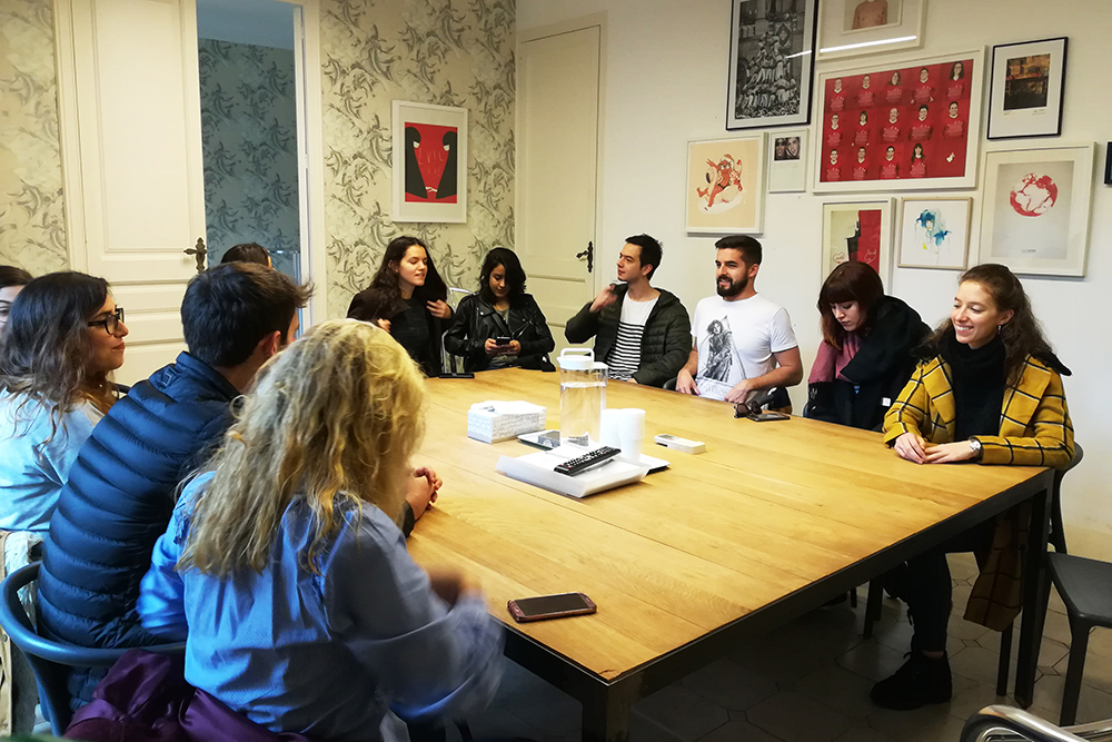 Los #Comploters reciben un briefing real en la agencia Evil Love